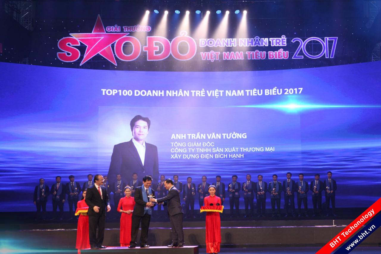 Ông Trần Văn Tưởng - TGĐ CTY TNHH SX TM Xây dựng Điện Bích Hạnh được vinh danh nhận giải thưởng SAO ĐỎ