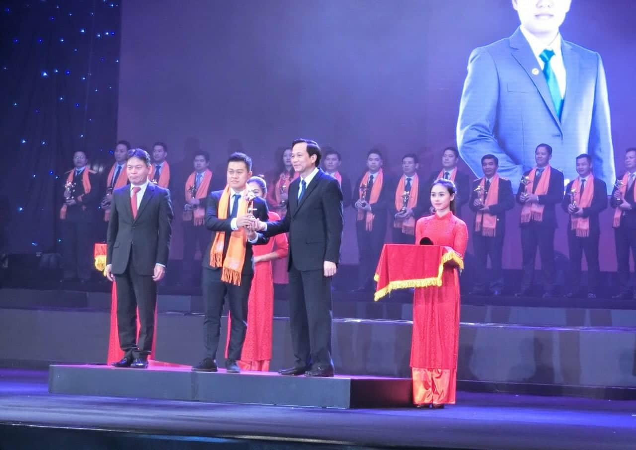 Ông Nguyễn Ngọc Thịnh - TGĐ Công Ty TNHH SX - TMDV Tiến Thịnh  được vinh danh nhận giải thưởng SAO ĐỎ